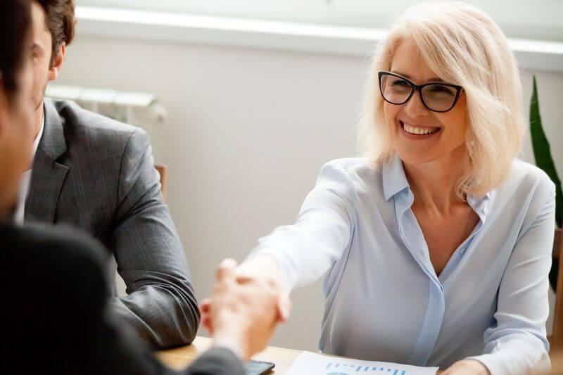 قراردادهای سرمایه گذاری: همه چیز شما باید بدانید  قراردادهای سرمایه گذاری: همه چیز شما باید بدانید businesswomen shaking hands 1 1538144773939 1